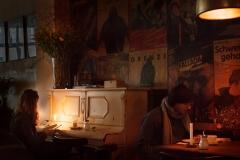 Lesen im cinema café hackescher markt Berlin Photography © Bülent Musdu